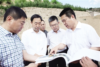 省农业厅副厅长王进仁调研离石区美丽乡村建设情况